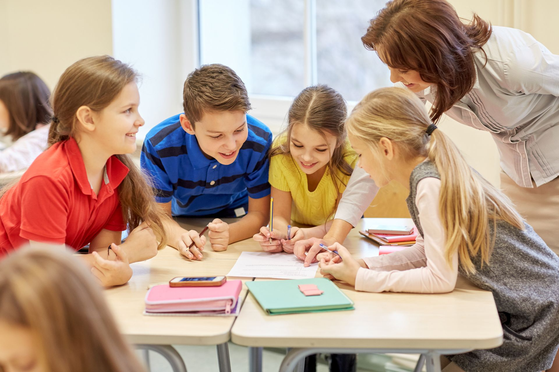 Profesora ayudando a alumnos