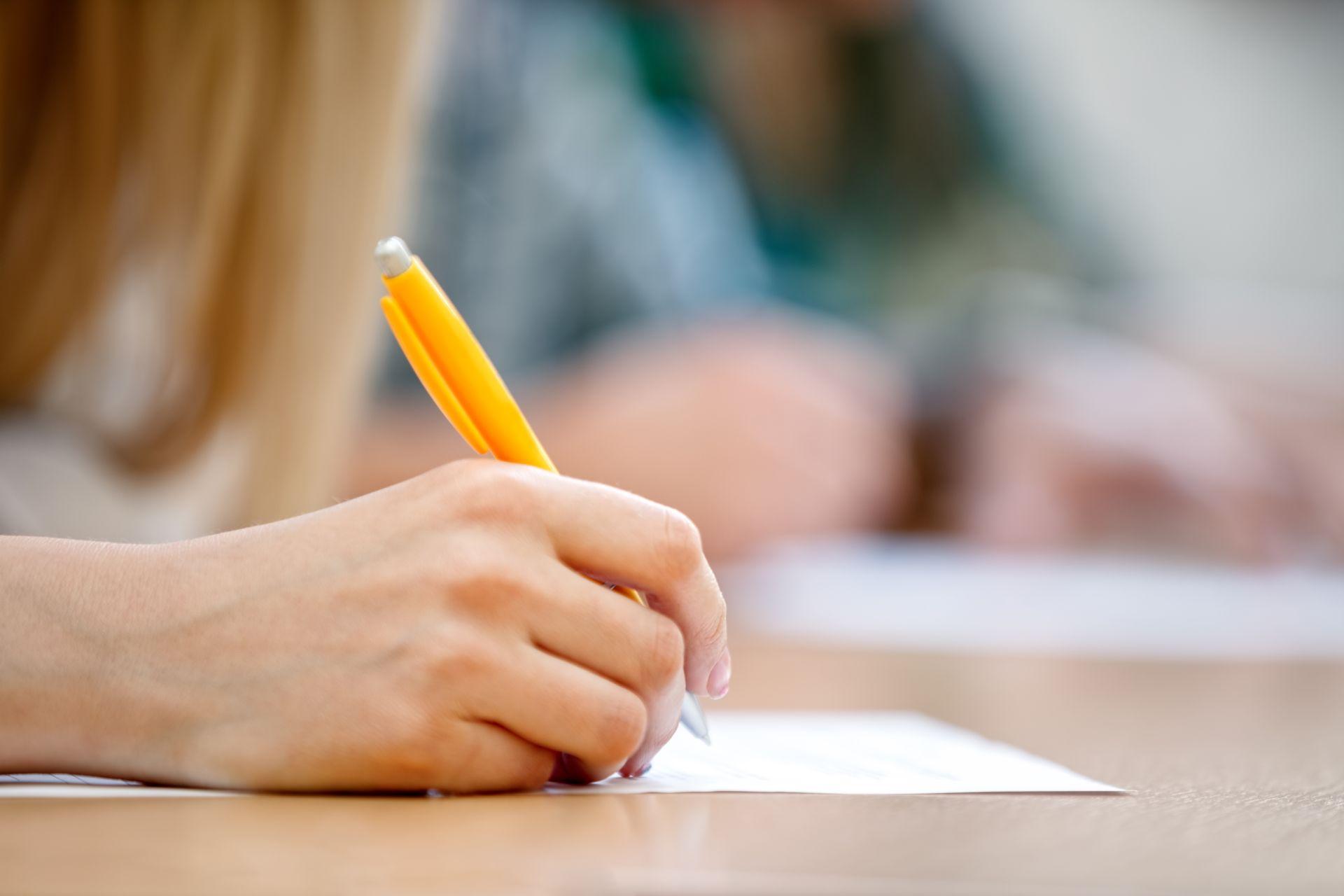 Mujer realizando un examen